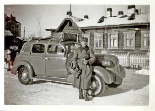 Veikko Ylhäinen ja häkäpöntöllä varustettu Chevrolet
