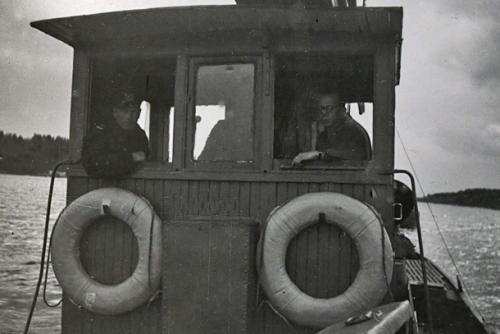 Hinaaja vetää proomussa Motti 3:a Syvärillä 1942