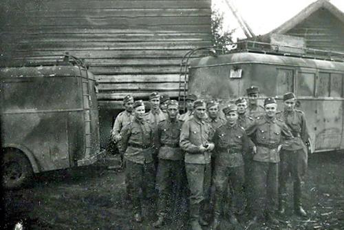 Motti 3 Syvärinsuulla (Voznezenja) 1942 lähdössä Podporoze:en. A- ja C-vaunu.