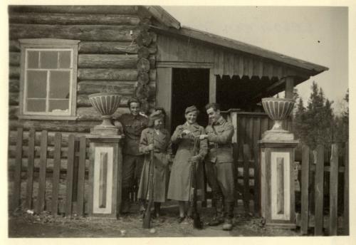 Losasinan järven majalla lotat Maj-Lis Öhman Siiri Korhonen ja autoups Niilo Kostermaa