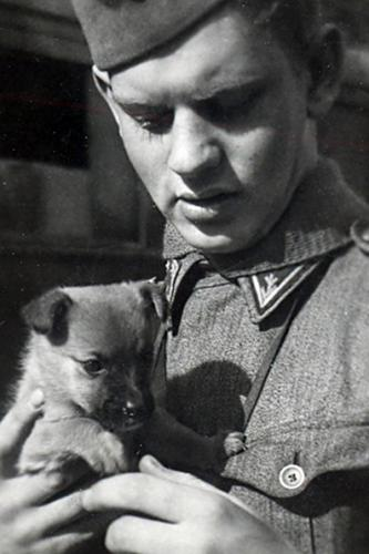 Matti Äyräpää ja koiranpentu