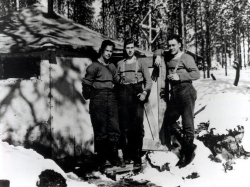 Motti 2 Uhtualla toukokuussa 1943. Vasemmalta kuuntelija Niminen, avaaja Polkunen ja automies Engman.