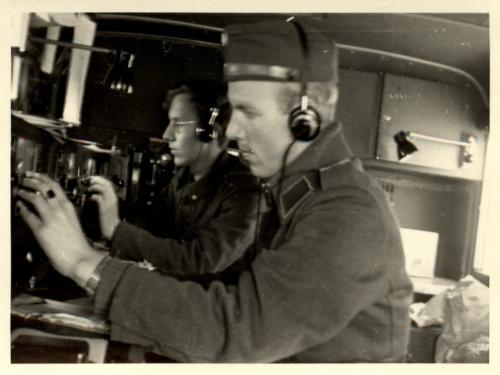 Kuuntelu käynnissä A-vaunussa, edessä Hennu Arjamo, takana Veikko Saarnio
