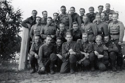 Motti 2 Enossa 23.6.1944 matkalla Uhtualle, keskellä Matti Äyräpää