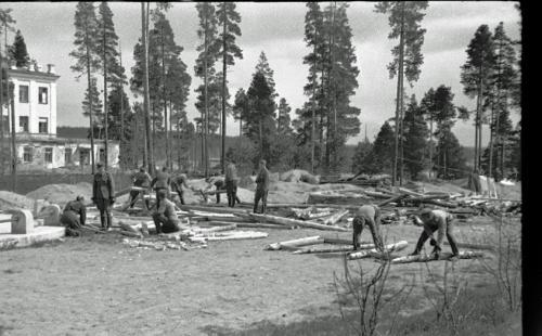MO komppania, Karhumäki taisteluhautoja rakentamassa