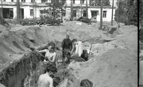 MO komppania, Karhumäki taisteluhautoja kaivamassa, T.R.O. Kylmänoja, takana Pekka Koskela