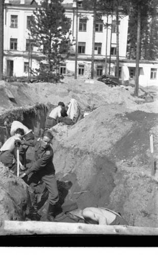 MO komppania, Karhumäki taisteluhautoja kaivamassa, Etualalla Pekka Koskela