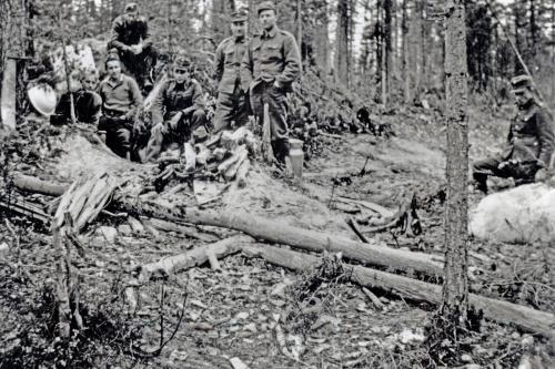 Motti 1 Leo Naarvala syksyllä 1941 Rukajärvelle Loimolan kautta . Venäläisen korsun edessä.
