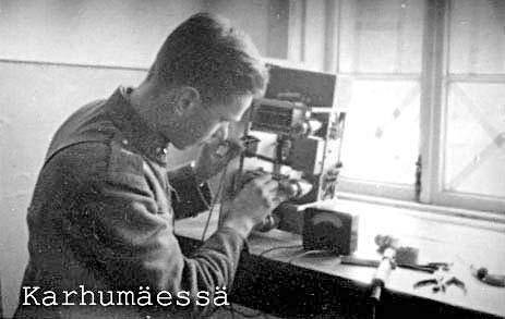 MO komppania Karhumäessä, lähettimen huoltoa Paavo Kotilainen
