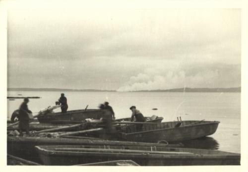 Äänislahden ylitys pikaveneillä (oma tykistö tulittaa kohdetta)